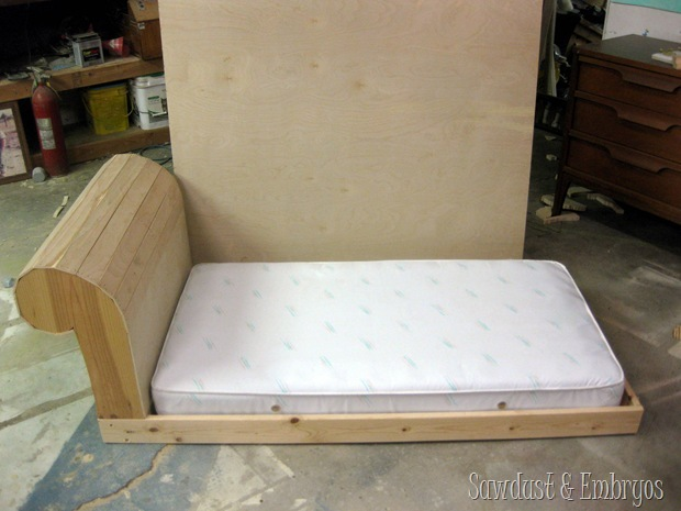 Building a toddler bed to look like a mini FAINTING COUCH! {Sawdust and Embryos}
