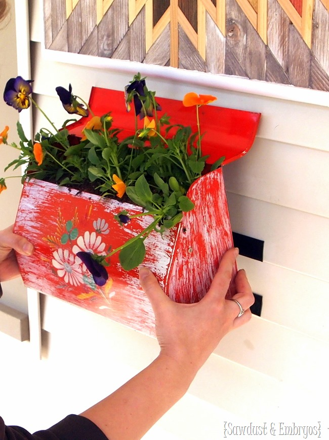 Affixing a mailbox planter to vinyl siding {Sawdust and Embryos}