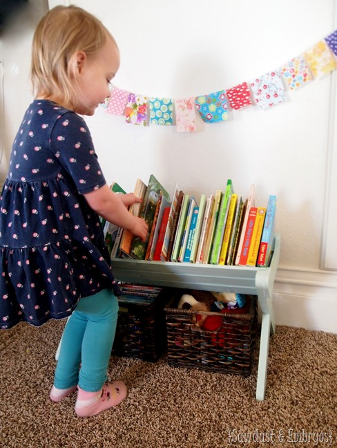 DIY Children's Book Manger {The Sawdust Maker}