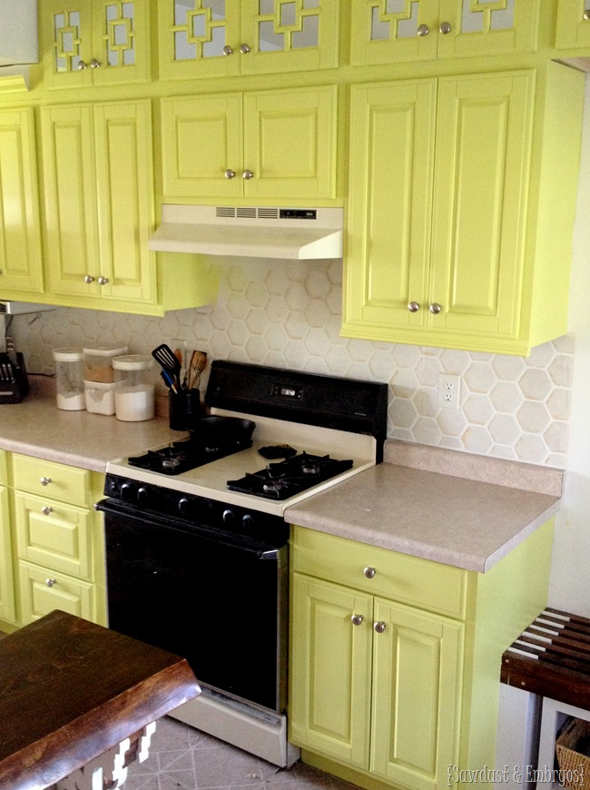 Stenciled backsplash that totally looks like real tile!