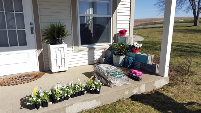This cinder block planter on the front porch adds adorable curb appeal