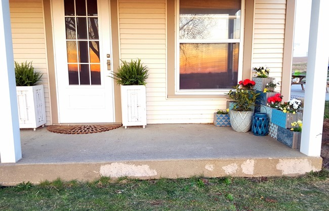 Give your curb appeal a boost with an easy Corner Cinder Block Planter {Reality Daydream}.jpg