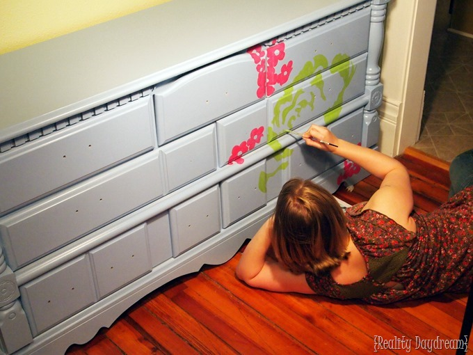 Paint a perfect design onto furniture {Reality Daydream}