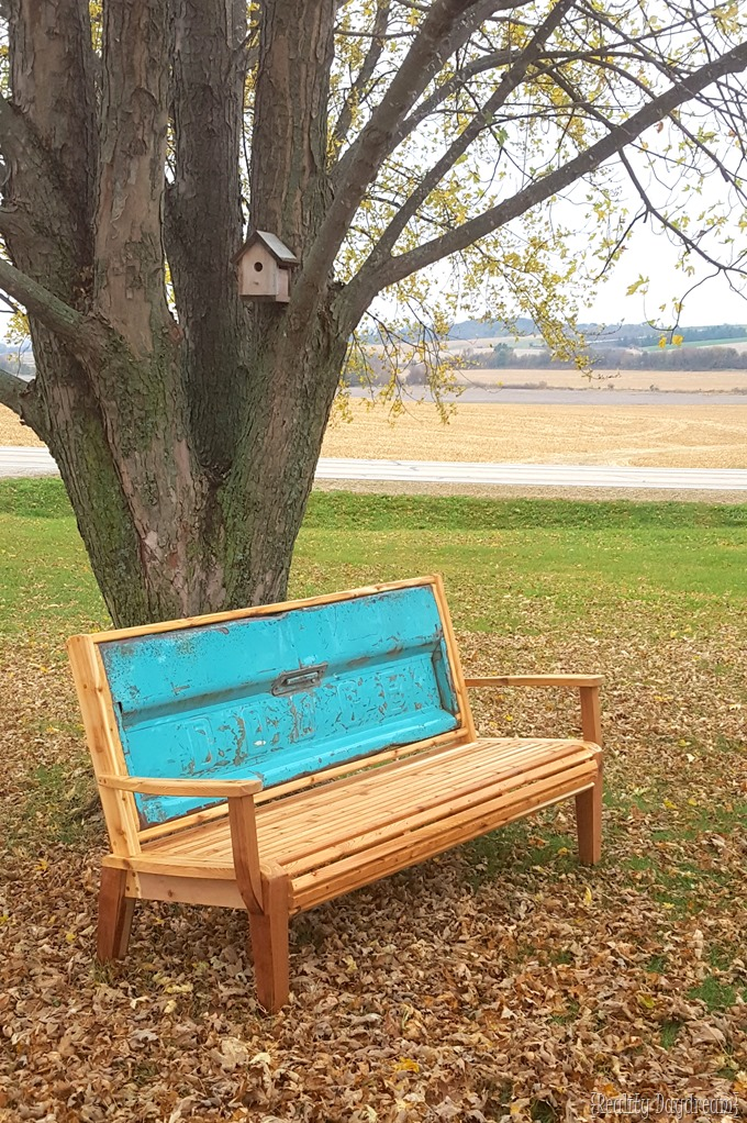 Cedar Tailgate Bench Tutorial {Reality Daydream}
