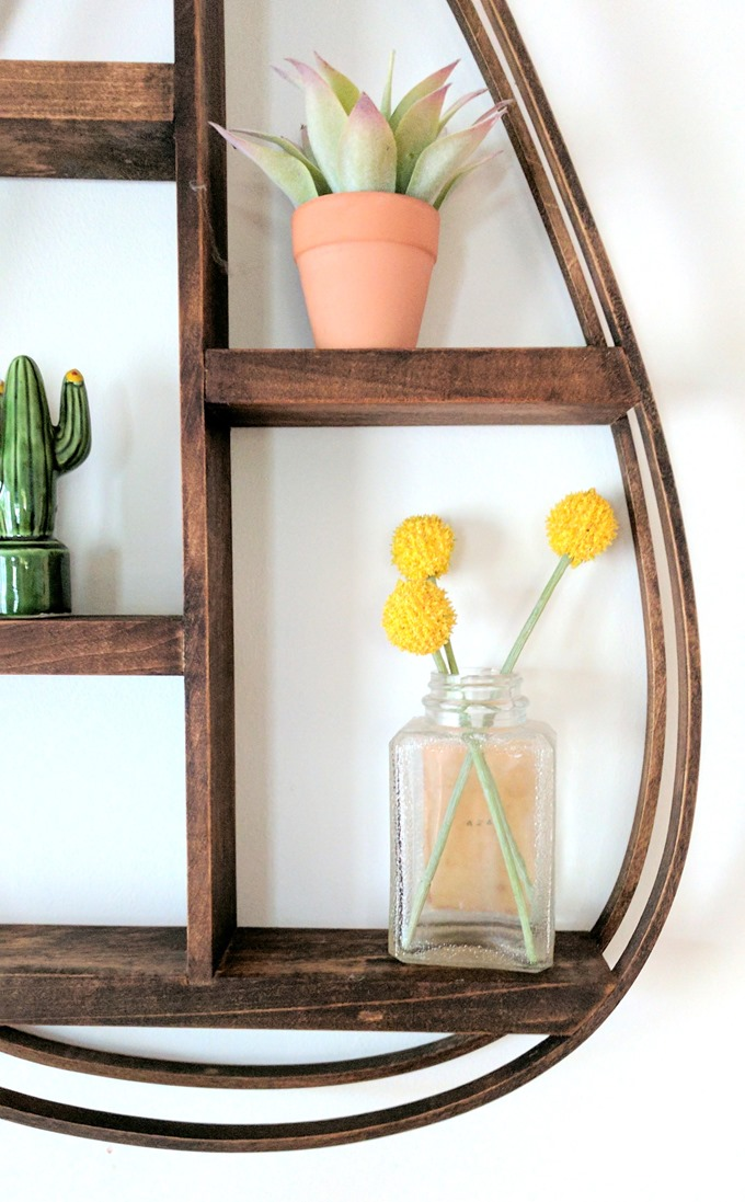 Make this DIY Bentwood Teardrop-shaped shelf by steaming and bending the wood. Click through for the tutorial! (Reality Daydream)