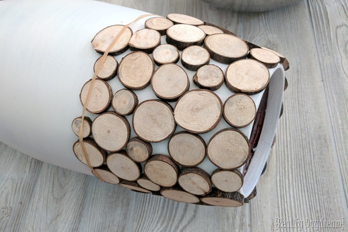 Make your own DIY floor vase with wood slices {Reality Daydream}