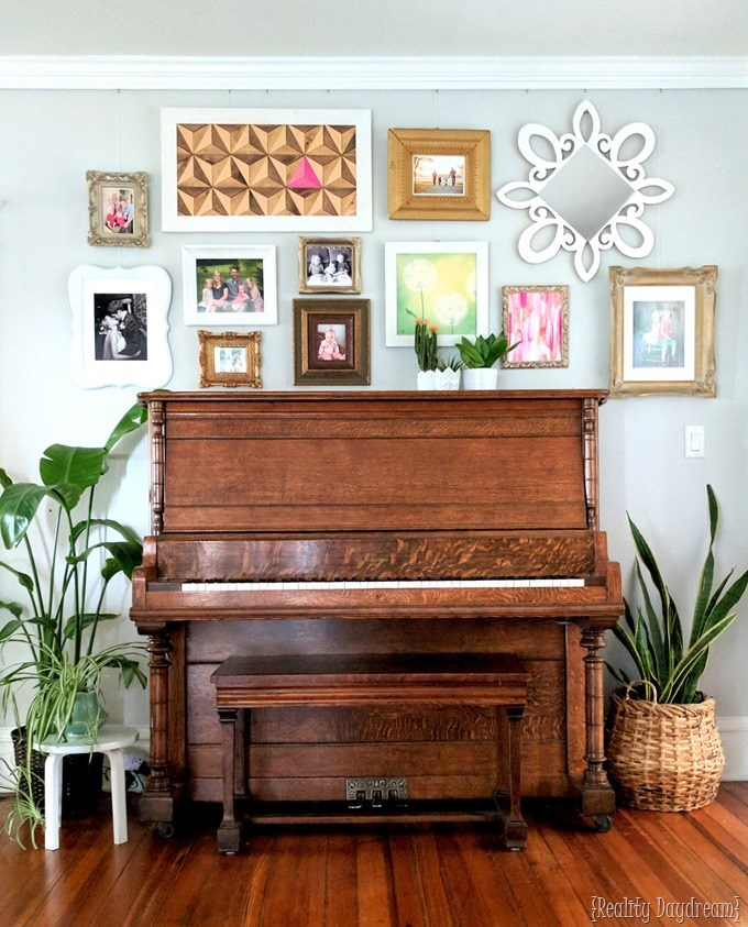 Gallery walls, tips, and ideas for installation WITHOUT HOLES in your wall! {Reality Daydream}