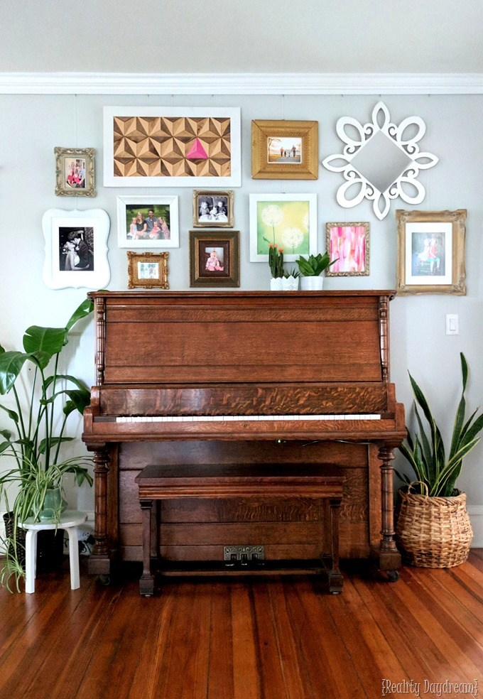 How to hang a beautiful gallery wall with NO holes! Lots of good tips... {Reality Daydream}